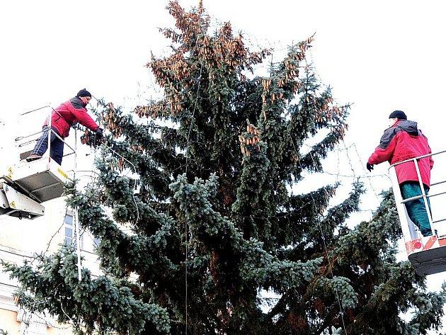 Zdobení vánočního stromu na Resselově náměstí v Chrudimi v roce 2011.