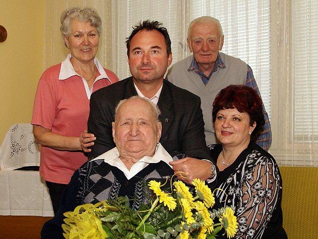 Josefu Žákovi gratuloval (zleva) dcera Vlasta Šuková, starosta města Ivan Jeník, zeť Jiří Šuk a pracovnice slatiňanské matriky Alena Pavlišová.