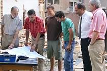 Při kontrolním dnu se zástupci inestora, dodavatlské firy a projektatnt zajímali o pokračující rekonstrukci Spolkového domu v Chrudimi.