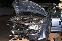 Z čelního střetu v Chrudimi u kasáren vyvázli řidič i řidička obou vozů nezraněni.