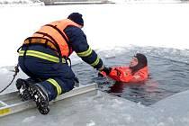 Hasiči na Práčovské přehradě trénovali  záchranu tonoucího z ledové vody.