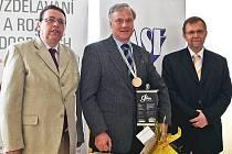 Lubomír Motyčka (uprostřed) při oceňování nejzdatnějších podnikatelů na zámku v Nových Hradech s hejtmany Radko Martínkem a Lubomírem Francem (vlevo na snímku).).