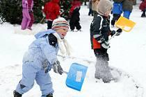 Děti z Mateřské školy Víta Nejedlého si sněhu užily dosytosti.