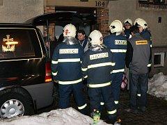 V prachovickém bytě byli nalezeni dva mrtví lidé.
