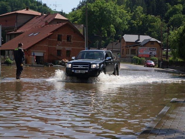 Dobrovolní hasiči z Chrudimě a jejích místních částí Markovice a Topol včera odjeli pomáhat s likvidací škod způsobených povodní do Štěchovic u Prahy.