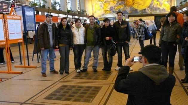 POSLEDNÍ FOTKA – A DOMŮ. Prvních osm občanů Mongolské republiky se o víkendu rozloučilo s Pardubicemi a s využitím vládního projektu dobrovolných návratů odletělo do vlasti. Snímek je z pardubického nádraží.