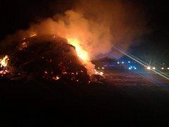 Požár stohu v Ronově nad Doubravou.