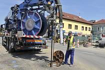 Obsluha speciálního vozidla pro monitoring a čištění kanalizace.
