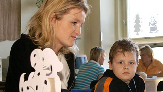 Děti přišly k zápisu do prvních tříd v doprovodu rodičů. Co se doposud naučily, ale musely ukázat samy.