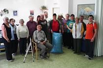 Klienti Denního stacionáře Jitřenka a Pohoda v Chrudimi nasbírali plný pytel víček pro Míšu Teresku.