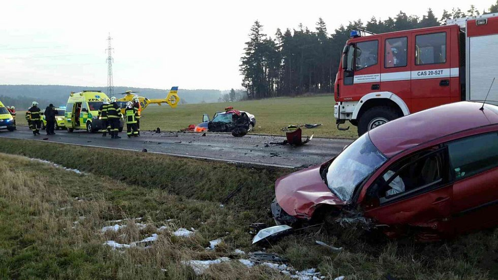 Čelní střet dvou vozidel u Prachovic. Na místě zasahoval i vrtulník.