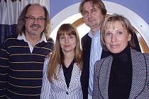 Eva Filipová (vpravo) s Janem Vlčkem a jeho manželkou Petrou ve společnosti zpěváka a moderátora Ondřeje Hejmy.