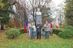 Oslavy 28. října zahájilo shromáždění občanů u památníku TGM v parku.