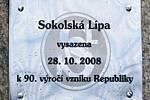 Starosta města Milan Chvojka a starosta Sokola Radek Bureš zasadili sokolskou lípu svobody.