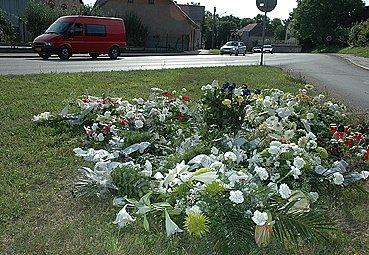 Záplava květin na místě tragické nehody motocyklisty ve Slatiňanech.