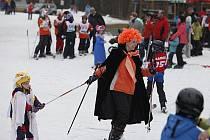 Závěr lyžařské sezony patří na hlinecké sjezdovce oblíbenému karnevalovému lyžování v maskách.
