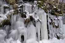 Ledopády u přehrady lákají turisty do Seče na Chrudimsku.