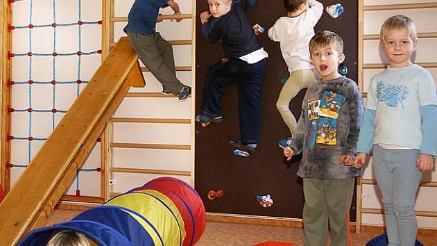 Kluci a holčičky využívají bývalý školníkův byt v Mateřské škole Strojařů v Chrudimi ke svým hrám s bezprostředností sobě vlastní.