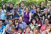 Pro děti z mateřské školy Víta Nejedlého v Chrudimi byla na školní zahradě přichystána zahradní slavnosti.