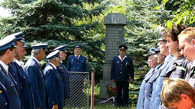 Zastávka u pomníku obětí světové války.