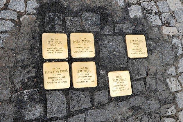 """Z pokládání """"kamenů zmizelých"""" v chrudimské Široké ulici."""