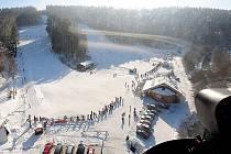Na hlinecké sjezdovce si všichni v sobotu 29. ledna 2011 užívali nádherného počasí. Někteří návštěvníci se nechali zlákat rovněž k vyhlídkovému letu helikoptérou a mohli tak pozorovat sjezdovku, ale třeba i město Hlinsko z ptačí perspektivy.