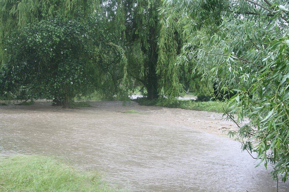 Rozvodněný Podolský Potok poté spláchl i Heřmanův Městec. Nakonec se nepotvrdilo, že by byla protržená hráz Zámeckého rybníka. Ten velkou vodu ustál. Podolský potok je obyčejně malinkatým potůčkem s troškou vody. Teď vyplavil půlku města a musel být evaku