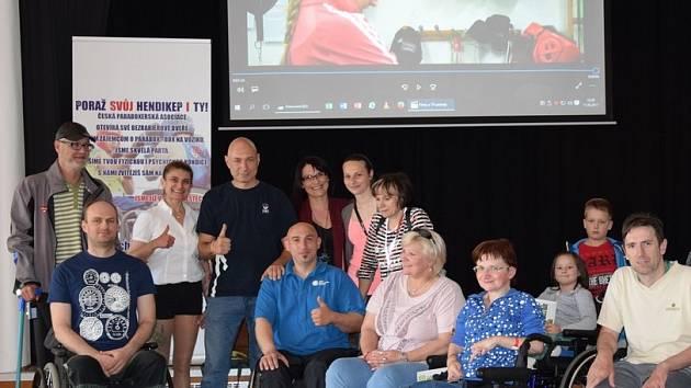 Štěpán Hyka, Daniel Landa a Terezie Krejbychová představili pacientům Hamzovy léčebny v Luži – Košumberku takzvaný parabox, neboli box pro vozíčkáře.
