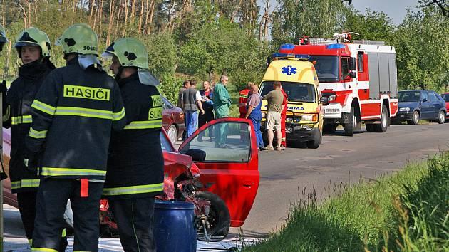 U Lukavice do sebe čelně narazila vozidla Toyota Yaris a Škoda Felicia combi. Obě dvě auta jsou na odpis, felicia vylétla ze silnice a skončila téměř v nedalekém potoce.
