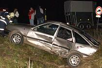 Zdemolovaný vůz skončil v příkopu.