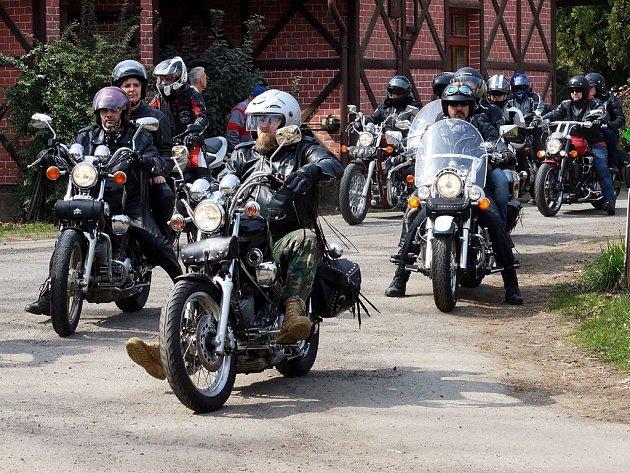 Členové slatiňanského motorkářského klubu Black Horses zahájili sezonu spanilou jízdou, která vedla od bývalého lihovaru v Pardubicích přes Hrochův Týnec a Hlinsko do Slatiňan, kde v kostele svatého Martina motorkářům požehnal farář Štefan Brinda.