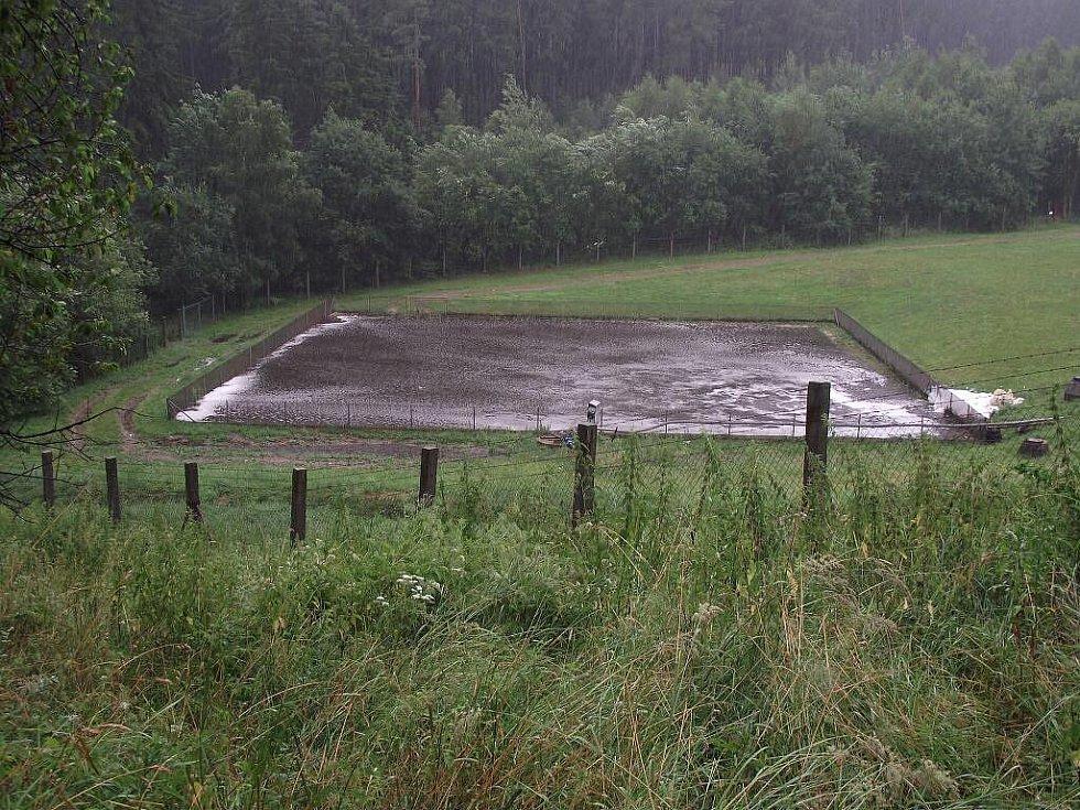 Vášně kolem rozšíření skládky naposledy rozdmýchaly červencové záplavy, při kterých přetekla jímka pod nasavrckou skládkou - voda z ní pronikla až do Libáňského potoka.
