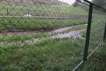 Jímka pod Nasavrckou skládkou během nedělních záplav přetekla, voda z ní pronikla až do Libáňského potoka