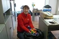 Martina Radilová přinesla pytel víček nasbíraných Mateřskou školou Rosice u Chrasti.