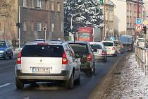 Dopravní situace na hlavním tahu přes Chrudim. Na Palackého třídě se ve špičce tvoří kolony.