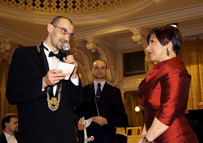 Dagmar Pecková si při koncertu v Chrudimi převzala i titul Čestná občanka Chrudimi z rukou starosty Jana Čechlovského.