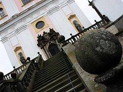 """Pískovcové koule ze schodiště u chrámu Panny Marie Pomocnice křesťanů na Chlumku možná už """"zdobí"""" nějakou zahradu."""