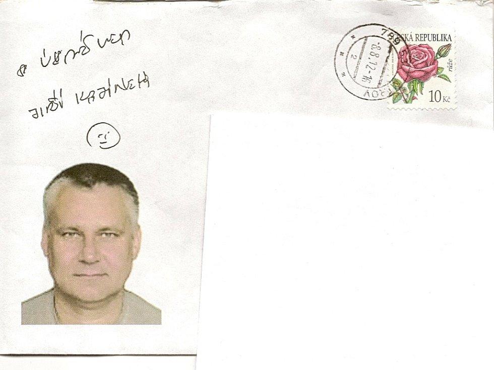 """Dopisní obálky adresované rodině a přátelům jsou opatřené Kajínkovou fotografií a nápisem """"S úsměvem Jiří Kajínek""""."""