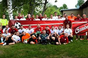 Společné foto chrasteckých fotbalistů