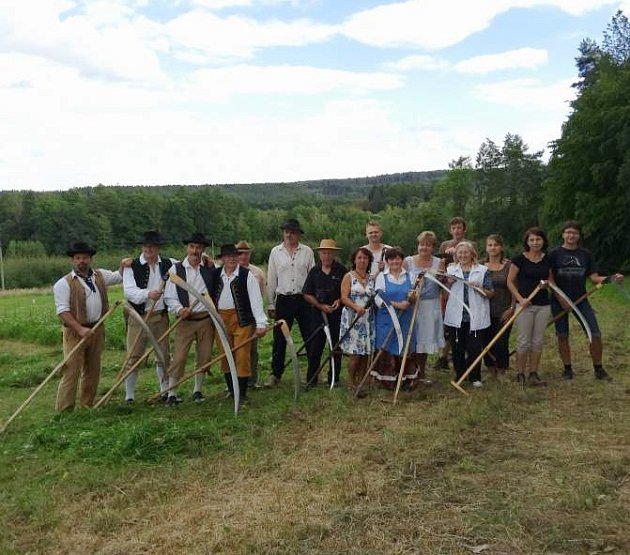 Obec pořádá již 3. ročník soutěže v tradičním kosení louky Úherčický sekáč.