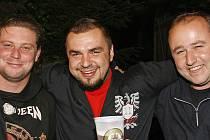 Zdeněk Bouška (uprostřed) má před sebou kelímek s nápojem, na jehož výrobě se podílí.