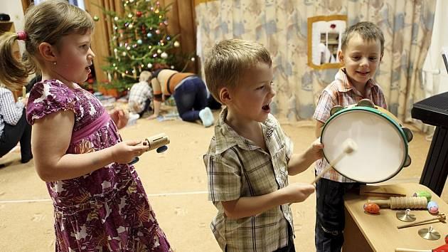 Zlatým hřebem vánoční besídky v MŠ Milíčova v Hlinsku byl pro děti příchod k nazdobenému stromku..