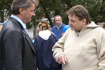 Ŕozdílné názory zastávají starosta města Aleš Jiroutek (vlevo) a provozovatel místního hostince Luboš Lesák.