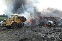 Hasiči likdvidují požár skládky pneumatik v Boru u Skutče za pomoci unikátní technologie.