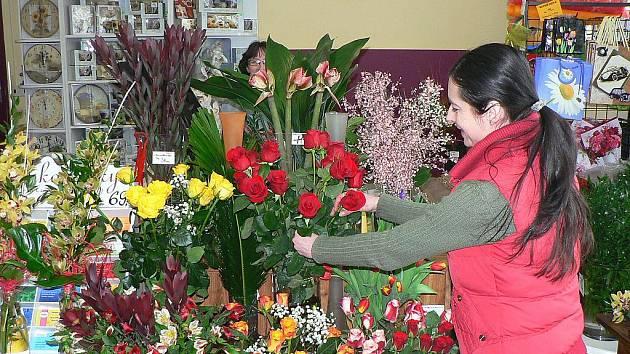 Nabídka pestrobarevných květů se v zimním období neliší od jiných ročních obdobích. Snímek z hlineckého květinářství.