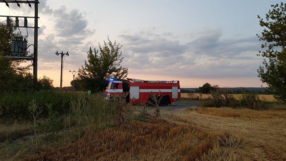 Rozsáhlý požár pole u obce Vlačice.