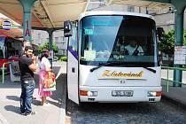 Zatímco vlaky stály, autobusy jezdily beze změn. Zvýšený nápor cestujících přesto řidiči nezaznamenali.