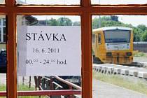 Na okenní tabulce boční strany zastřešeného opuštěného nástupiště visela jen papírová cedulka o stávce. Chrudimské nádraží zelo včera po většinu dne prázdnotou. Lidé dobře věděli, že čekání na vlak by tentokrát bylo marné.