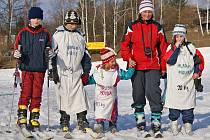 NA HLINECKÉ SJEZDOVCE se v sobotu  konalo loučení s letošní lyžařskou sezónou. Součástí programu byl závod lyžařů ve sjezdu slalomem i přehlídka karnevalových masek.