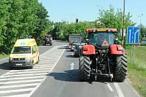 Blokáda zemědělců v Chrudimi: Kolona 23 traktorů a nákladních automobilů brzdila 23. května 2012 provoz mezi chrudimskými kruhovými objezdy u Lidlu a u Kauflandu.